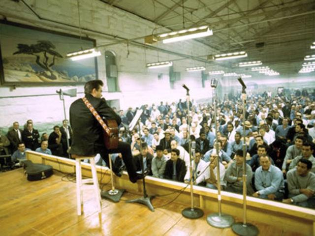 Johnny Cash tocando na prisão de Folsom