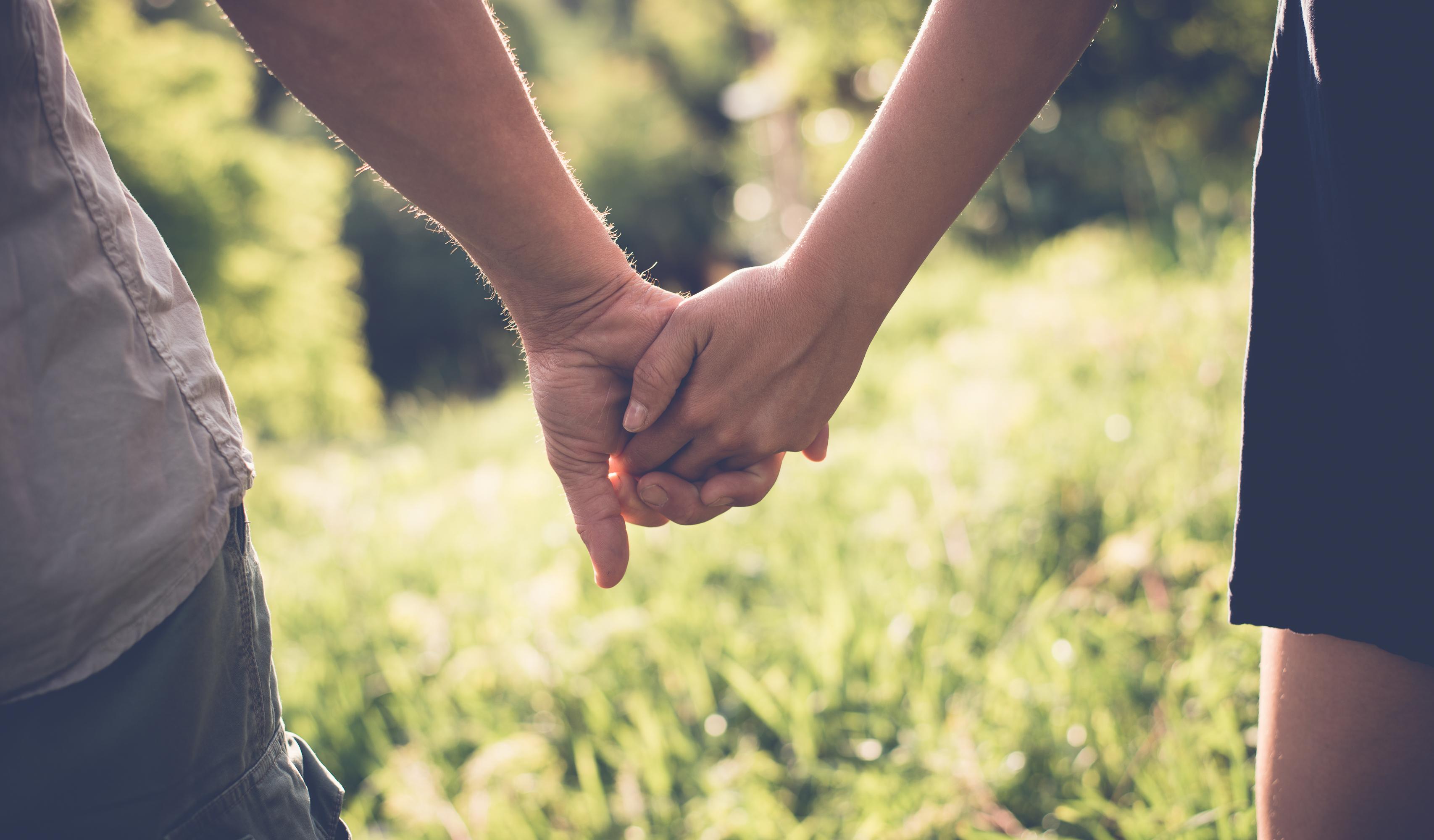 you must Quiz, um zu wissen, ob ein Mann dich mag love holding greedy