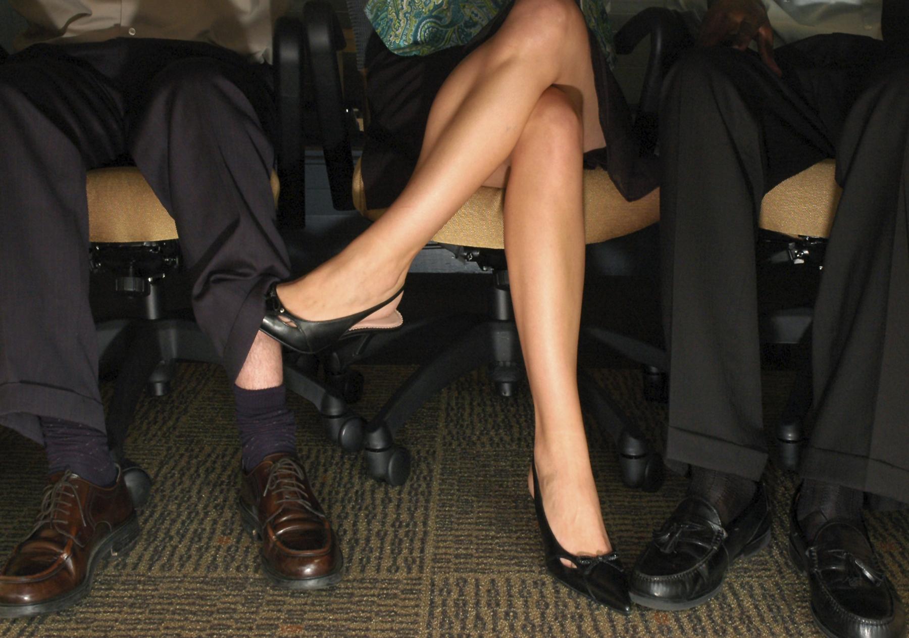Фото на работе под столом, Девушка в чулках мастурбирует на работе под столом 2 фотография