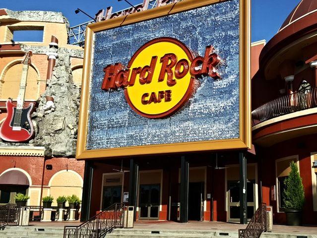 Com quais astros de ação ele fez o Hard Rock Café?