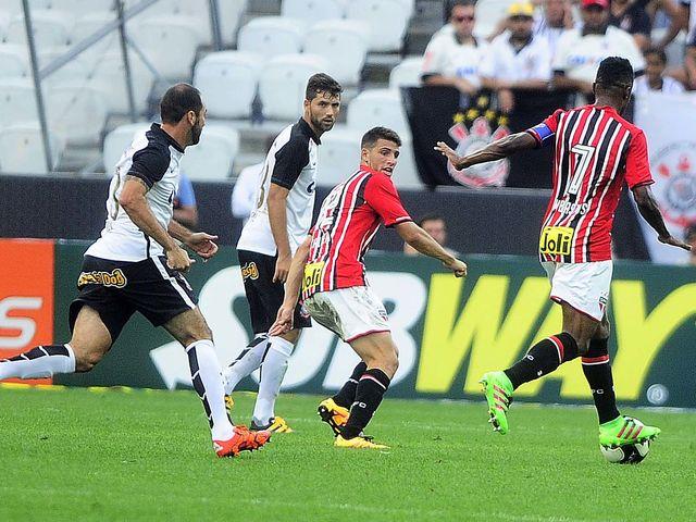 Contra o Corinthians, no dia 14 de fevereiro, um zagueiro falhou ao recuar a bola para Denis. Quem foi?