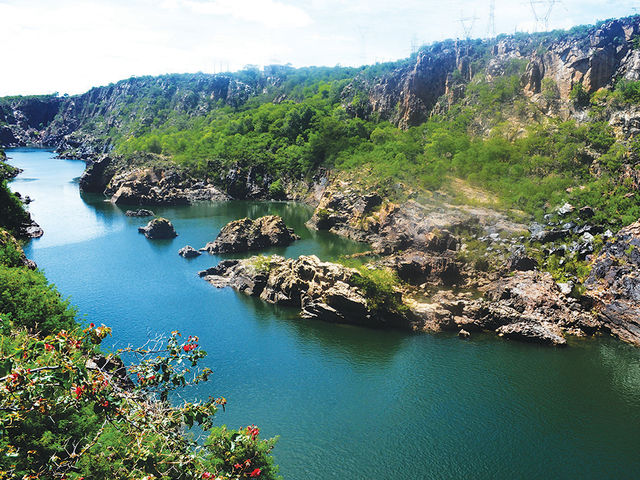 No nordeste encontra-se o terceiro maior rio do Brasil, o rio São Francisco, que recebe o apelido de Velho Chico. O rio nasce em Minas Gerais e corta quais estados da Região Nordeste: