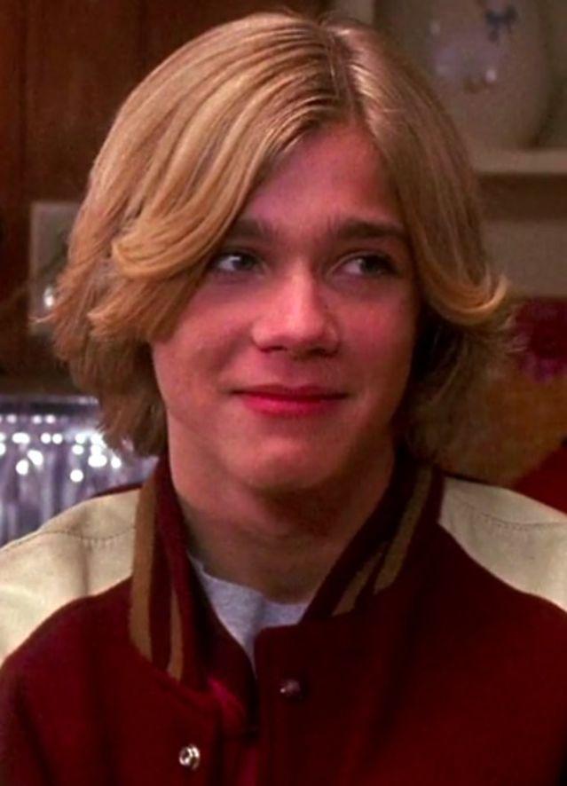 """Pero fue hasta el 2013 que tuvo un papel más grande en la película """"De los 13 a los 30"""" interpretando a Chris Grandy (joven)"""