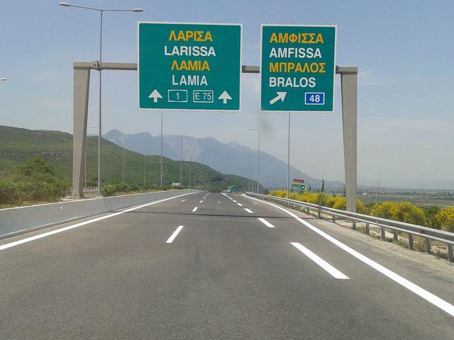 Ποιο είναι το ανώτατο επιτρεπόμενο όριο ταχύτητας των επιβατηγών αυτοκινήτων σε αυτοκινητόδρομους αν τούτο δεν καθορίζεται με ειδικές πινακίδες;