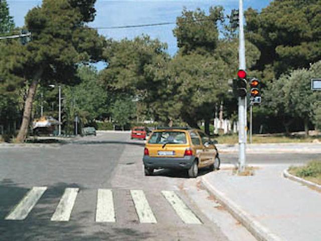 Το κόκκινο φανάρι έχει ανάψει και ένα κίτρινο βέλος στον ίδιο σηματοδότη αναβοσβήνει. Εσείς;