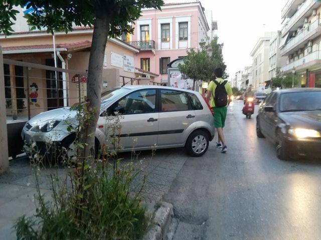 Σε ποια περίπτωση επιτρέπεται να σταθμεύσετε το όχημά σας επάνω σε πεζοδρόμιο;