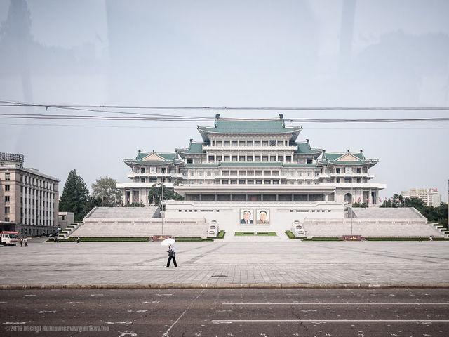 H πλατεία του Kim Il-Sung. Επιτρέπεται η φωτογράφιση της