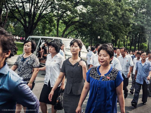 Όσοι ζουν μόνιμα στη Πιονγιάνγκ φορούν ένα σήμα που απαγορεύεται να πωλείται στη Β. Κορέα