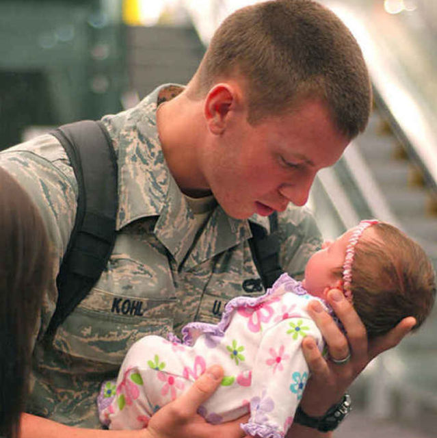 16 Powerful Pictures Of Soldiers Reuniting With Their