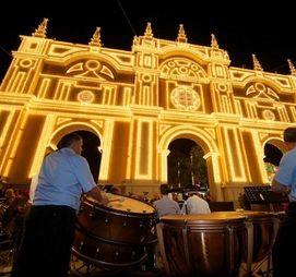 966.527 bombillas brillan en la portada del Corpus
