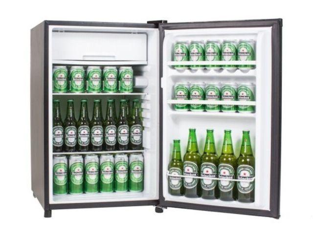 A cerveja deve ser colocada deitada na geladeira para gelar mais rápido