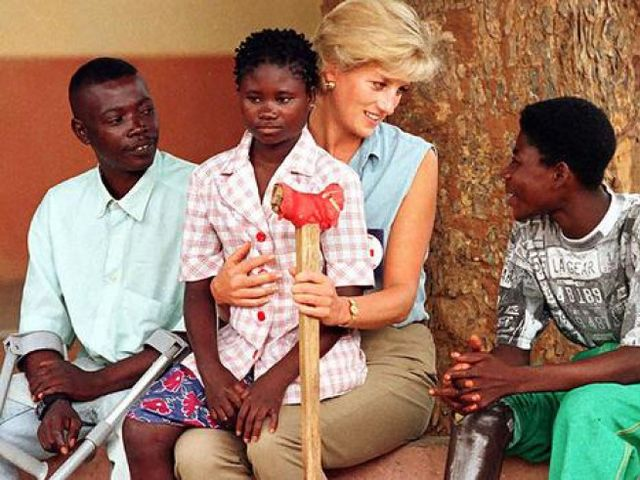 Princess Diana travelled to Africa to bring attention to which organization's anti-land mine campaign?