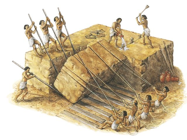 How many workers reportedly built the pyramids?
