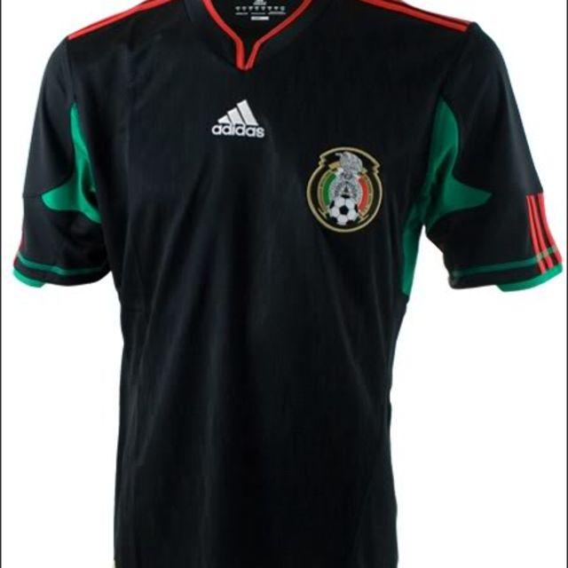 Mercadotecnia en su maximo esplendor  un gran acierto por parte de Adidas  al buscar un cambio en el segundo uniforme de México  esta camisa negra  utilizada ... 292f9b5292176