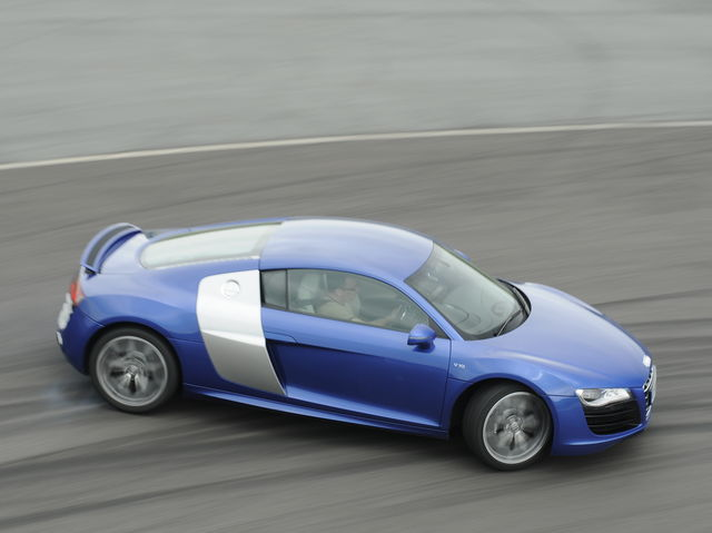 While it became an increasingly rare option, the first generation Audi R8 featured a fantastic open-gated shifter