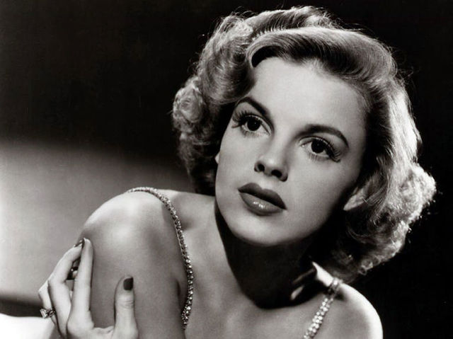 This actress is most well known for her role as Dorothy in the Wizard of Oz and her also famous daughter, Liza