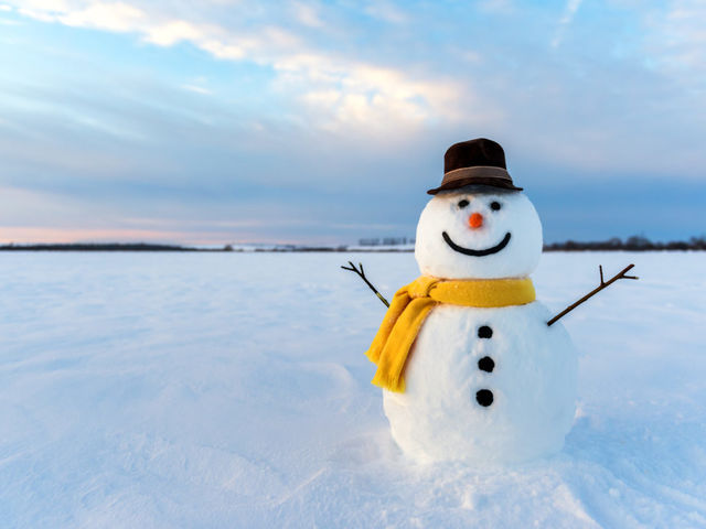What is the ideal snow to water ratio for building a snowman?