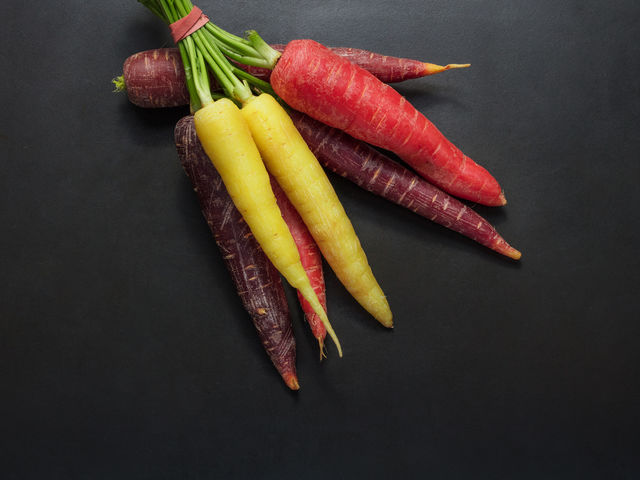 Which color of carrot contain the highest amounts of anthocyanins, with the greatest antioxidant capacity?