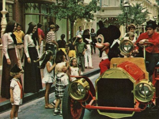 How much did an adult admission to Disney World cost when it opened in 1971?