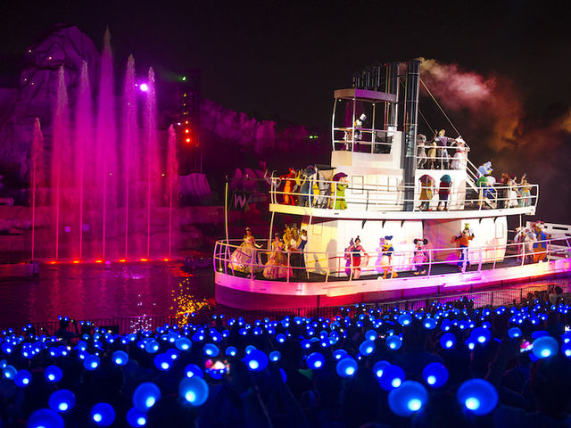 How deep is the lake that hosts the water show Fantasmic?