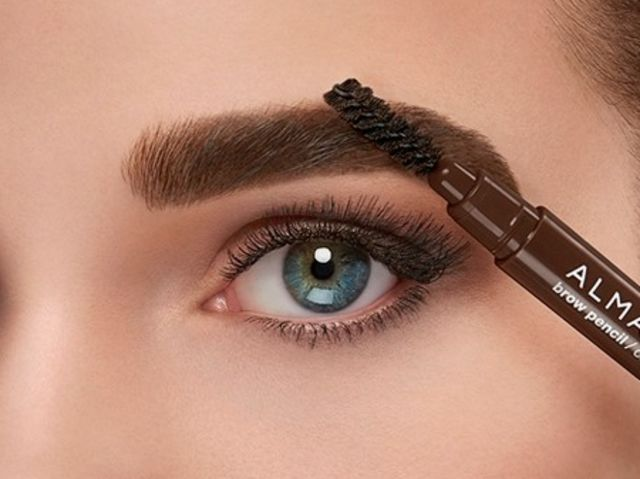 This is a brow pencil! While some do not, many brow pencils consist of a spoolie and the pencil itself to help people shape then fill in their eyebrows!