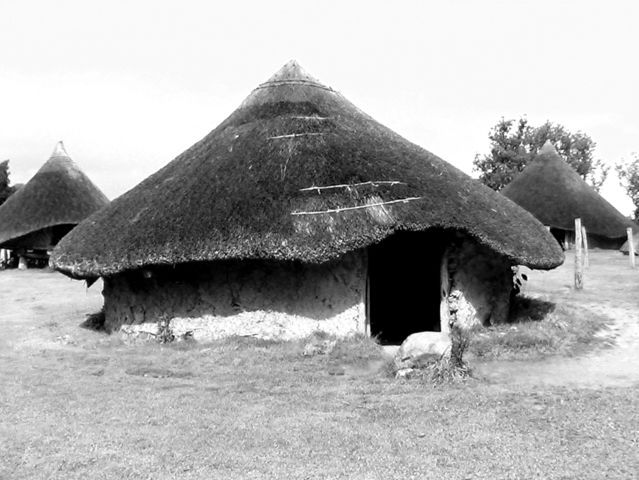 in which age would there have been roundhouses in Caldecote?