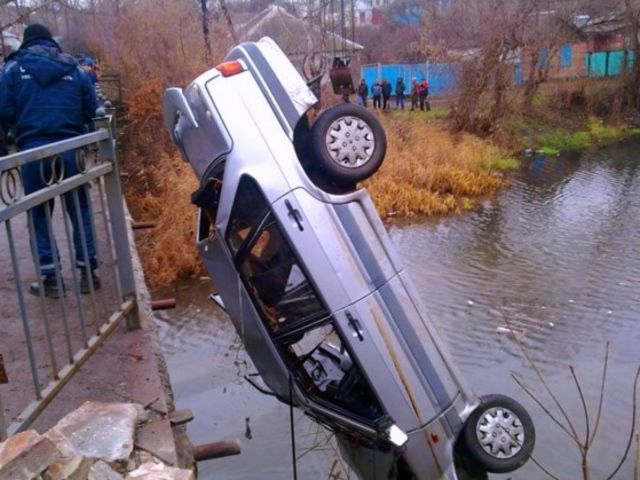 В Краснодаре влюблённые съехали в реку во время секса в машине