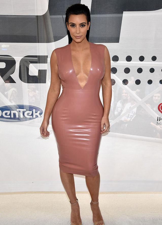 d8d0e351d ¡Kim Kardashian lleva el vestido de latex a otro nivel!