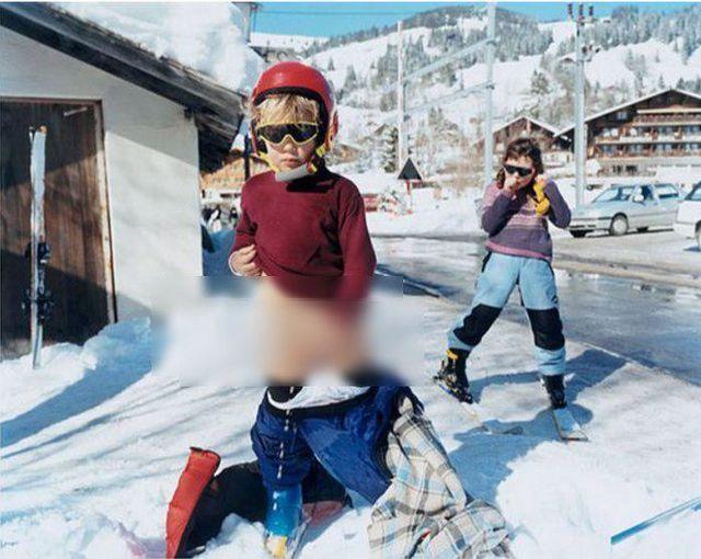 В 2001 году известный фэшн-фотограф Тирни Джирон взбудоражила художественную общественность своими работами на весенней выставке I Am a Camera в лондонской галерее Чарльза Саатчи. Тогда, сделанные художницей фотографии её собственных обнаженных играющих детей, вызвали скандал и обвинения в пропаганде педофилии и детской порнографии.