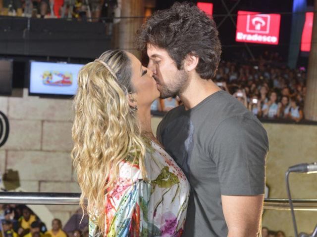 """Em qual evento Claudia Leitte conseguiu fazer com que 8.372 casais se beijassem ao mesmo tempo, ao som do seu hit """"Beijar na Boca"""", levando a cantora para o livro dos recordes?"""